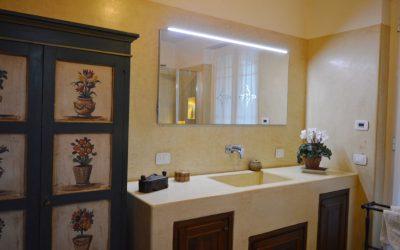 Vægge og håndvask på badeværelse.