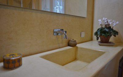 2: Vægge og håndvask på badeværelse.