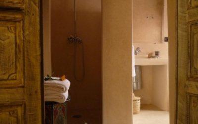 bagno-completo-con-pavimento-in-tadelakt-495x400