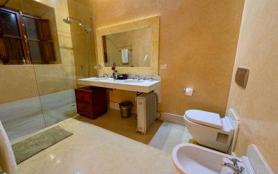 bagno-con-pavimento-e-pareti-in-tadelakt